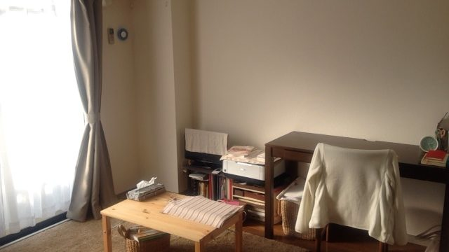 机のある部屋