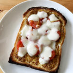 トマトとチーズと粒マスタードとはちみつのトースト