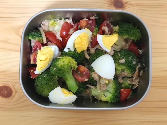 ブロッコリーとゆで卵とプチトマトのサラダ