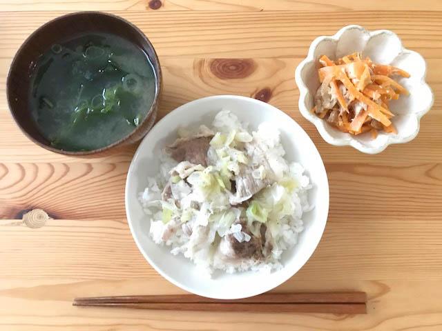 豚肉とネギ丼とみそ汁