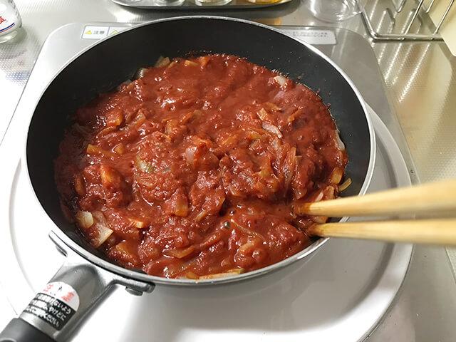 トマト煮込みを作っているところ
