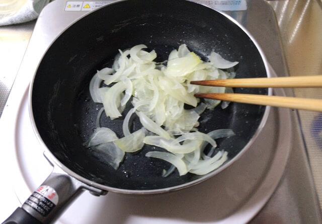 玉ねぎを炒めているところ